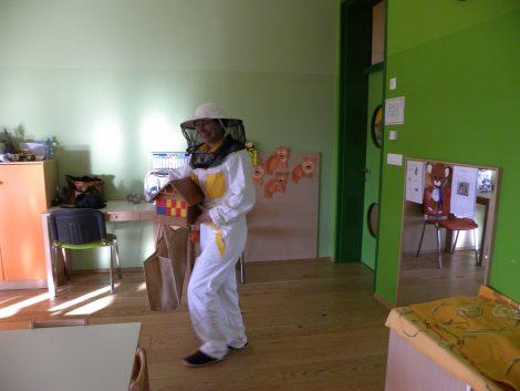 Čebelarka ga. Nada Antolič v vrtcu