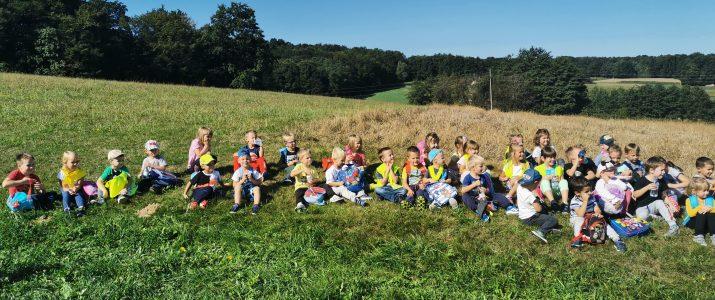 Otroci modre in zelene igralnice na jesenskem pohodu