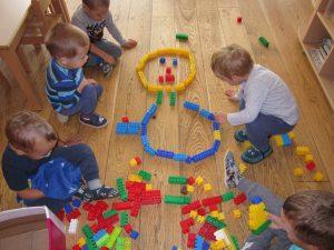 Utrinki otrok iz oranžne igralnice